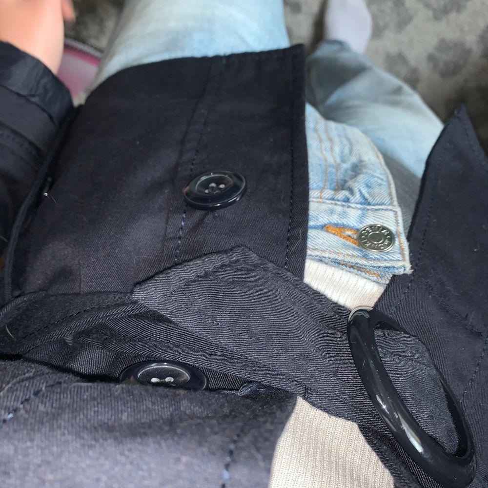 Så så snygg jacka men som tyvärr är lite liten för mig. Tveka ej om du har några frågor. Kan skicka fler bilder dm om önskas. Köparen står för frakt/mötes upp i sthlm🥰 . Jackor.
