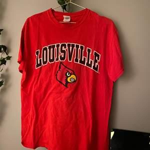 En röd T-Shirt med tryck ifrån beyond retro💫  den är i storlek M o sitter lätt oversize🥰 150kr inkl frakt 🥰