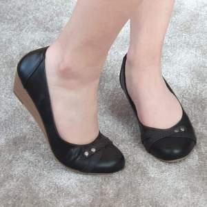 Fina svarta skor med kilklack i storlek 36. Dem har inte kommit till användning så mycket, så i bra skick. Säljer för 80 kr, köpare står för frakt. 💖