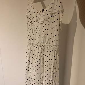 Gullig klänning från H&M i storlek 42. Den är väldigt lite i storleken skulle jag säga. Bra skick. 50kr plus frakt. Skriv för mer info och bilder:)