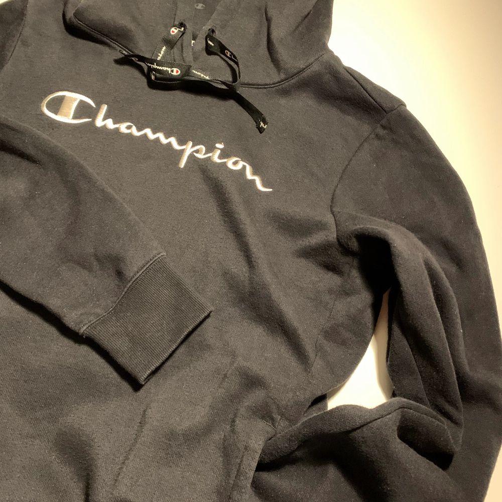 Svart Champion hoodie i storlek M, men passar mer som en S. Nyskick. 200 kr + frakt. Huvtröjor & Träningströjor.