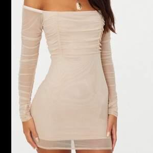 Beige mesh- rushed klänning från prettylittlething. Säljer pga ingen använding. Endast testat klänningen. Storlek 36 men passar 38 också. Frakt ingår i priset