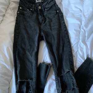 Ett par mörkgråa jeans med hål på knäna i strl XXS. Från lager 157 i modellen snake. Skriv vid frågor/fler bilder:)  Köpare står för fraktkostnad♥️