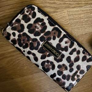 En superfin JIMMY CHOO leopard plånbok med guld dragkedja💕