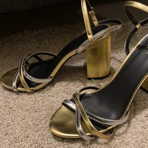 Använda ca 2-3 gr. Guldiga skor med silvriga detaljer