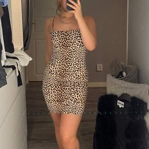 Gammal, inte så använd klänning, i storlek s