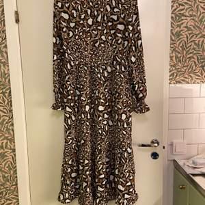 Djurmönstrad klänning