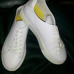 Vita sneakers i skinn, använda några timmar bara, strl 37/38. Kan skickas mot fraktkostnad 😊