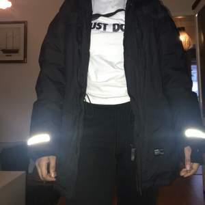 En Everest jacka från Stadium som jag ej har någon användning för. Jackan har flera fickor o pälsen på luvan kan man ta av. Om man kan mötas upp så kan jag sälja den för 500kr annrs är det 500kr + frakt!