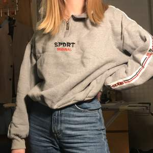 En strålande sweater som får hela stan att häpna över ditt fynd. Den är unisex.
