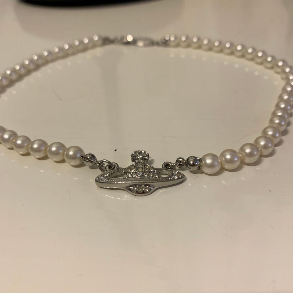 Ett superfint silverhalsband med pärlor från Vivienne Westwood. Det är inte äkta vad jag vet för köpte det på depop för 500kr men det är i perfekt skick så säljer det för 349kr inklusive frakt! Priset kan diskuteras ❤️ Är inte helt säker på att jag vill sälja det. 💕. Accessoarer.