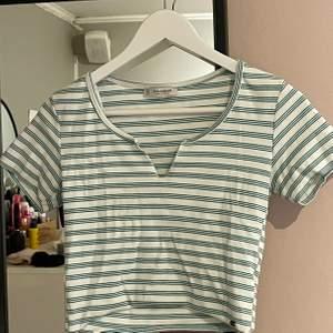 Jättefin t-shirt från pull&bear. Använd ca 3 gånger. Den är i M men jag som har XS/S passar den. Så den är liten i storleken.
