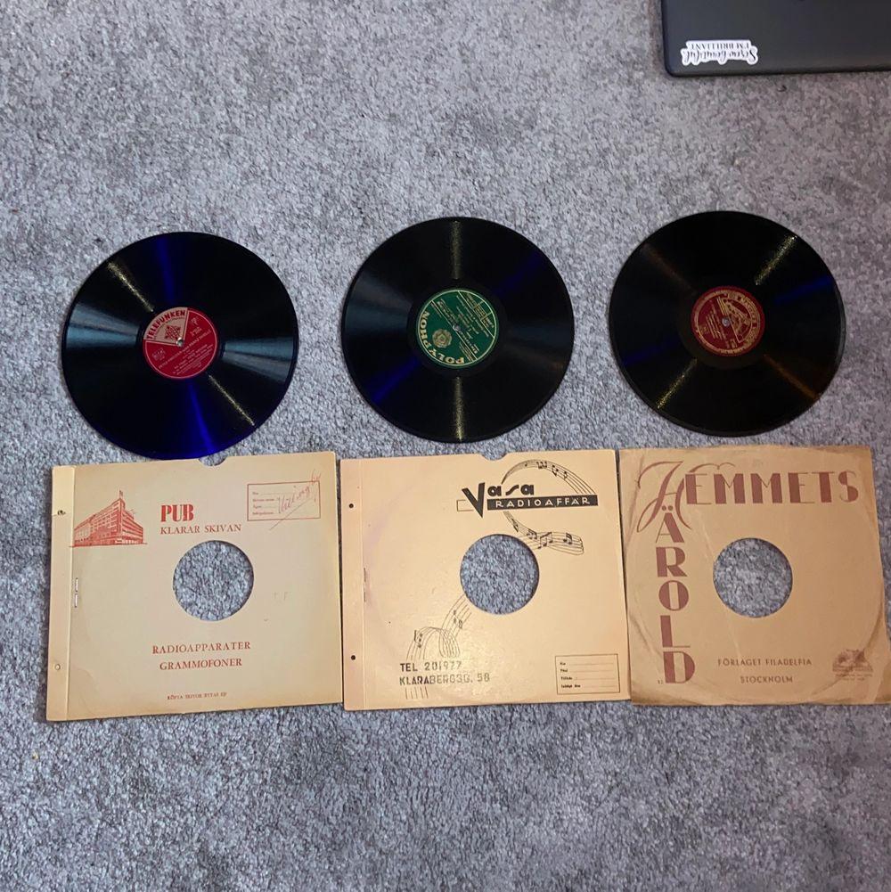 """Säljer dessa 3 """"stenplattor"""" (som vinylskivor). Det går inte att spela dessa på en vanlig vinylspelare och är endast köpta för dekoration. Kontakta vid intresse/frågor! Säljer till första som ger ett rimligt prisförslag! :) . Övrigt."""