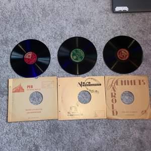 """Säljer dessa 3 """"stenplattor"""" (som vinylskivor). Det går inte att spela dessa på en vanlig vinylspelare och är endast köpta för dekoration. Kontakta vid intresse/frågor! Säljer till första som ger ett rimligt prisförslag! :)"""