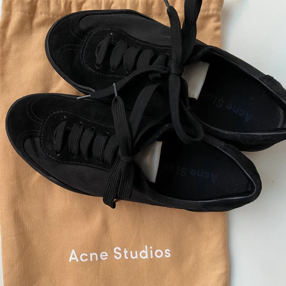 Säljer mina helt nya ACNE STUDIOS skor stl 37. Skorna är i perfekt skick och aldrig använda! Vid frågor eller funderingar, skicka ett meddelande✨. Skor.