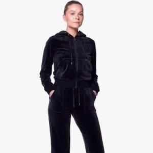 Säljer en svart Juicy Couture kofta i storlek M. Den är knappt använd & därför i bra skick! Köpte den för 1.100 & säljer för 450.