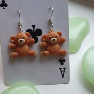 har gjort ett par av dessa supergulliga örhängena av små nallar, hör av er vid intresse eller funderingar♡