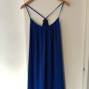 Långklänning i underbar blå! Luftig och modell som passar alla.