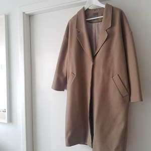 Säljer denna snygga kappa köpt i London! Älskar den men den kommer inte till användning🌟 Färgen är beige. Mötes upp i Uppsala annars står köparen för frakt🎗