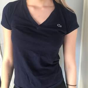 Marin blå T-shirt från lacoste, knappt använd, frakt ingår ej