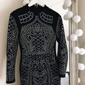 Säljer denna goding till klänning då jag inte längre använder den. Jag har glänst i den en nyår och inte mer än så tyvärr.. Den kommer från Americandreams och jag köpte den för ca 500-600 kr. Står för frakten på detta plagg💸