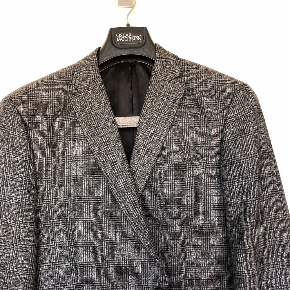 Kavaj från Oscar Jacobsson, grå med svart rutmönstring. Sparsamt använd och i mycket gott skick. Kostymer.