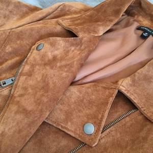 Kendall & Kylie läder jacka i storlek M. Passar även en S.  Inköpt i USA för 195$ och aldrig använd. Säljer då jag inte får användning för den. Kan mötas upp i Åkersberga eller Täby. Annars står köparen för frakt. Jag tar även swish.