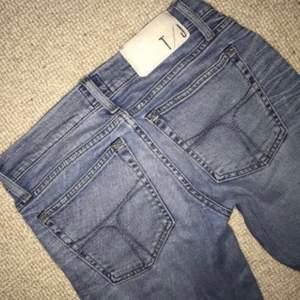 Tiger of Sweden jeans i ljus tvätt i strl. 27 Passar bättre på strl. 24-26, då de är lite små i storleken. Om man vill ha de väldigt låga passar de även strl. 27.  Modell: Slender