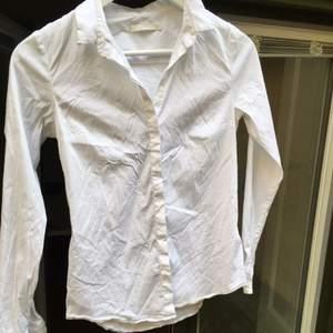 Vit skjorta från cos storlek 34