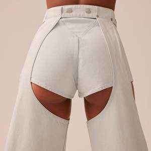 Super populära och helt utsålda Mariah Jeans från Weekdays presskollektion. Går att använda både som shorts eller bara chaps men finast tillsammans! Storlek 34 (25/26/27 i midjan). Nypris 700 kr - knappt använda!