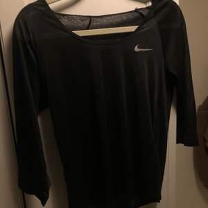 Transparent träningstopp från Nike. Aldrig använd. Dri fit och trekvartslånga ärmar. Loose fit ☺️ kan självklart posta den, men köparen står för frakt 🌟