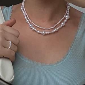 Säljer pärlhalsband, armband och ringar som jag gör själv. Använder ellastisk tråd så jätteenkelt att få på sig👌🏼Prislista:                                                                                 ⚪️ Mixad storlek på pärlor - 75kr                                                ⚪️ Bara små pärlor - 85kr                                                        ⚪️ Mixade små pärlor - 80kr (sista bilden, köpare som designat själv)                                                                       ⚪️ Ring - 25kr                                                                                   ⚪️ Armband - 45kr                                                           Storleken på smyckena får du välja själv, om du har någon annan designidé så är det bara att skriva 💖 Skriv gärna om du har frågor eller är intresserad🥰