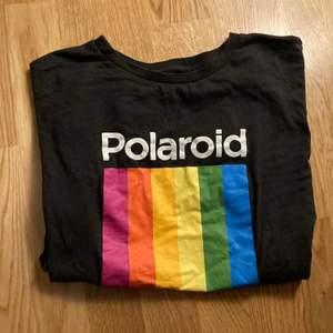 Grafisk tshirt. Sann i storleken. Mycket använd, men i fint skick. Köparen betalar frakt.
