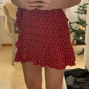 alla pengar skänks,  priset är ink frakt !!!! säljer denna urgulliga och trendiga kjol. Den är röd med små vita hjärtan. den är använd 1 gång säljer då den tyvärr är förstor för mig . den har fin knyt detalj i midjan och liten volang på sidan.