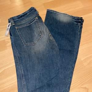 Snygga vintage jeans från GAP, aldrig använda. Köpta i Canada, ultra low rise modell. Alla prislappar sitter kvar. Storlek 6 i US, vilket motsvarar en 36 i eu storlek. Vid stort intresse sker budgivning.