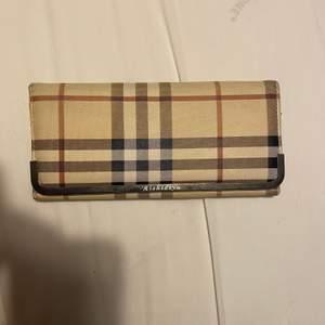 Säljer denna plånbok. Som man kan se på bilden så har den några röda sträck, har inte testat att få bort det. Inuti är den iallafall i bra skick. Undrar man över något så är det bara att kontakta mig.