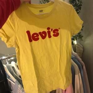 Jättefin gul tshirt från levis som är sparsamt använd. Jättebra skick. Frakt Tillkommer. storlek XS men passar även en S