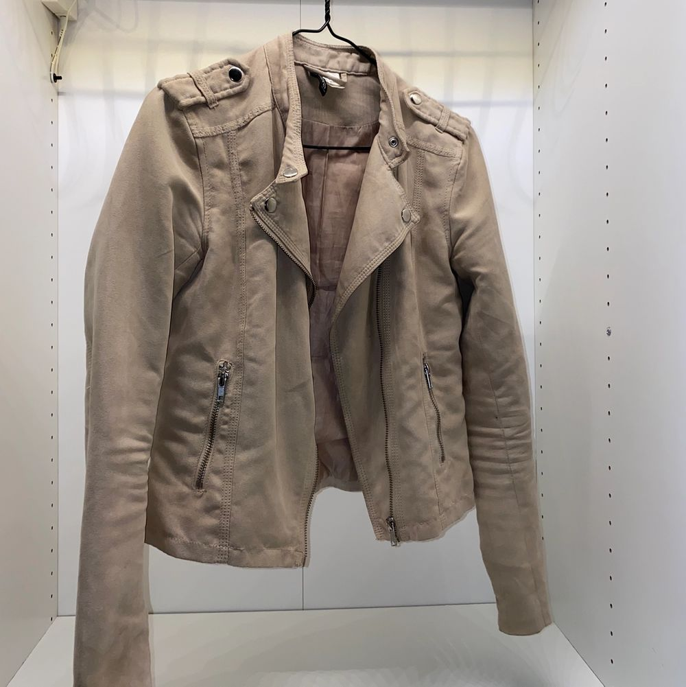 Säljer min supersnygga beige jacka från H&M i storlek 34. Mockaimitation. Säljer för 150kr + frakt🧡🧡. Jackor.