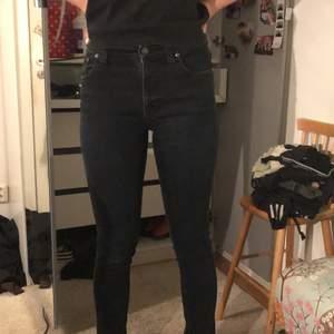 Mörkblå jeans från nudie