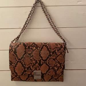 Intressekoll på min bruna väska från Zara. På bilden är remmen dubbelvikt men den kan även göras till en lång axelremsväska