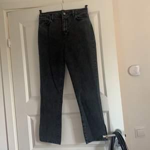 """Helt oanvända jeans med slitsar från Bohoo. Färgen är """"washed black"""". I storlek 10 - alltså 38, men skulle säga att de passar 36 också. Säljs för 50kr."""