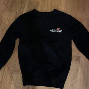 Superfin elesse tröja som är använd Max 5 gånger. Köpt på Zalando i somras för ca 650 kr.