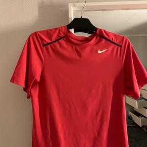 Oanvänd Nike T-shirt i storlek L, passar även som M. Nypris: 356kr. Endast swish.