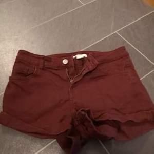 Vinröda shorts från H&M i storlek 34. Priset går såklart att diskuteras, frakten betalas av köparen. För mer bilder skicka privat