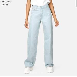 Vida blåa populära jeans från junkyard! Storlek 28 och passar mig som är 36-38 👍🏼