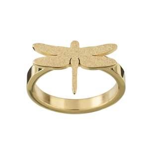 Säljer denna otroligt snygga och populära ring från Edblad dragonfly i guld. Är ganska säker på att den är i stl S (16.8). 💖💖🥰🥰🦒 Superfint skick!