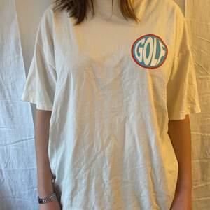 En riktigt fet tshirt som jag inte sett många bära i Sverige. Säljs pga används inte längre, på ryggen där det stora märket är har den lite sprickor.
