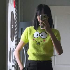 Stickad Tröjja från Hello Kitty x Dolls Kill Collab! Det är Keroppi på tröjjan, supersöt! ❤️ Använd få gånger, fick betala 500kr för den. Säljer pga passar ej min garderob. 😭 Storlek S/M.