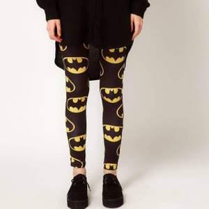 LAZY OAF X BATMAN leggings 🦇 sparsamt använda, jättefint skick Nypris runt 600kr storlek onesize, passar xs-m 300kr inkl frakt 💥