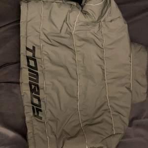 Grey Reflective Piped Puffer Jacket, Grey, en reflexiv kort jacka, använd den ett par gånger. Väldigt fin. Pris kan diskuteras!